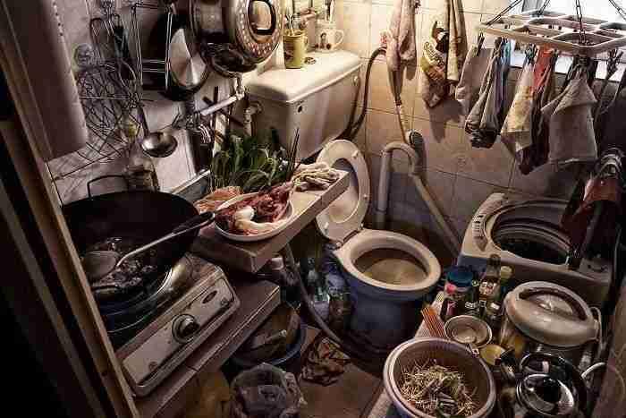 """1501508769 651 10 impresionantes fotos que muestran como se vive en los cubiculos ataud de hong kong - 10+ Impresionantes fotos que muestran cómo se vive en los """"cubículos – ataúd"""" de Hong Kong"""