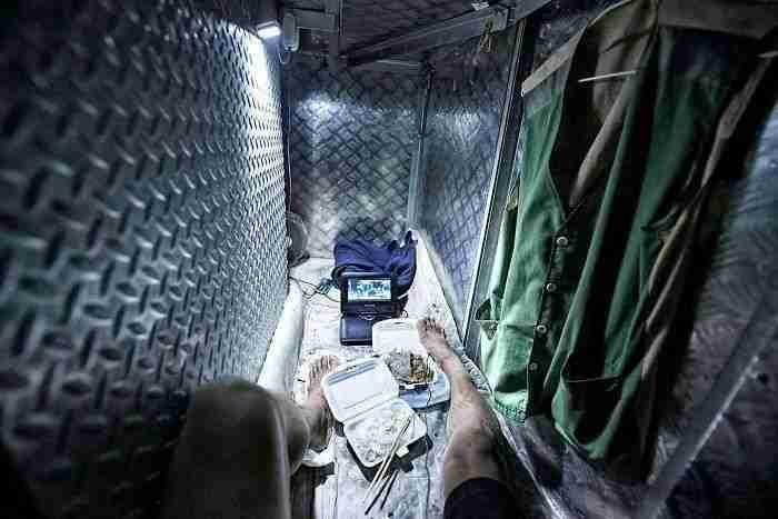 """1501508769 955 10 impresionantes fotos que muestran como se vive en los cubiculos ataud de hong kong - 10+ Impresionantes fotos que muestran cómo se vive en los """"cubículos – ataúd"""" de Hong Kong"""
