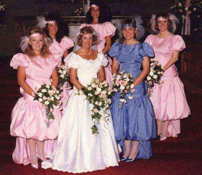 1533547629 194 15 vestidos ridiculos de antiguas damas de honor que muestran lo mucho que cambian los tiempos - 15+ Vestidos ridículos de antiguas damas de honor que muestran lo mucho que cambian los tiempos