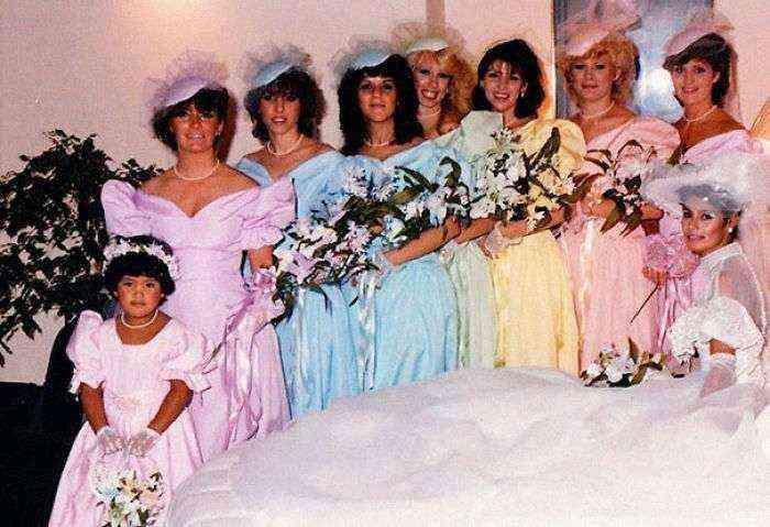 1533547629 888 15 vestidos ridiculos de antiguas damas de honor que muestran lo mucho que cambian los tiempos - 15+ Vestidos ridículos de antiguas damas de honor que muestran lo mucho que cambian los tiempos