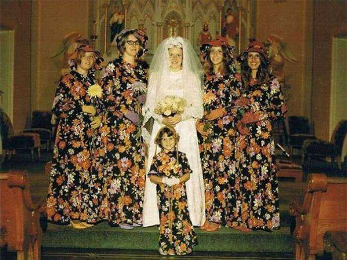 1533547629 906 15 vestidos ridiculos de antiguas damas de honor que muestran lo mucho que cambian los tiempos - 15+ Vestidos ridículos de antiguas damas de honor que muestran lo mucho que cambian los tiempos