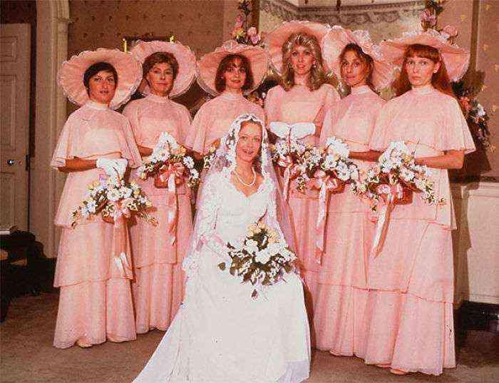 1533547630 124 15 vestidos ridiculos de antiguas damas de honor que muestran lo mucho que cambian los tiempos - 15+ Vestidos ridículos de antiguas damas de honor que muestran lo mucho que cambian los tiempos