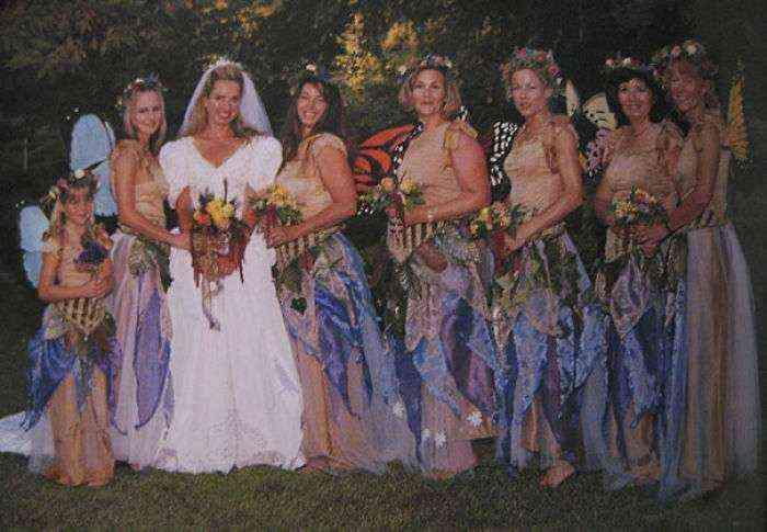 1533547630 243 15 vestidos ridiculos de antiguas damas de honor que muestran lo mucho que cambian los tiempos - 15+ Vestidos ridículos de antiguas damas de honor que muestran lo mucho que cambian los tiempos