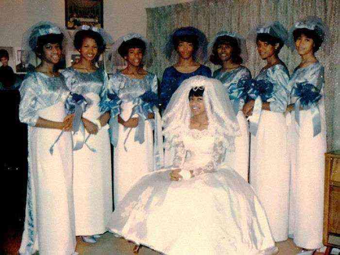 1533547630 581 15 vestidos ridiculos de antiguas damas de honor que muestran lo mucho que cambian los tiempos - 15+ Vestidos ridículos de antiguas damas de honor que muestran lo mucho que cambian los tiempos