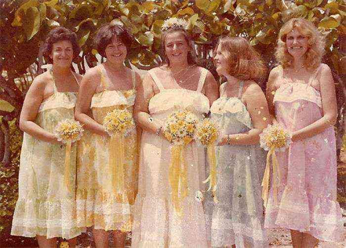 1533547630 706 15 vestidos ridiculos de antiguas damas de honor que muestran lo mucho que cambian los tiempos - 15+ Vestidos ridículos de antiguas damas de honor que muestran lo mucho que cambian los tiempos