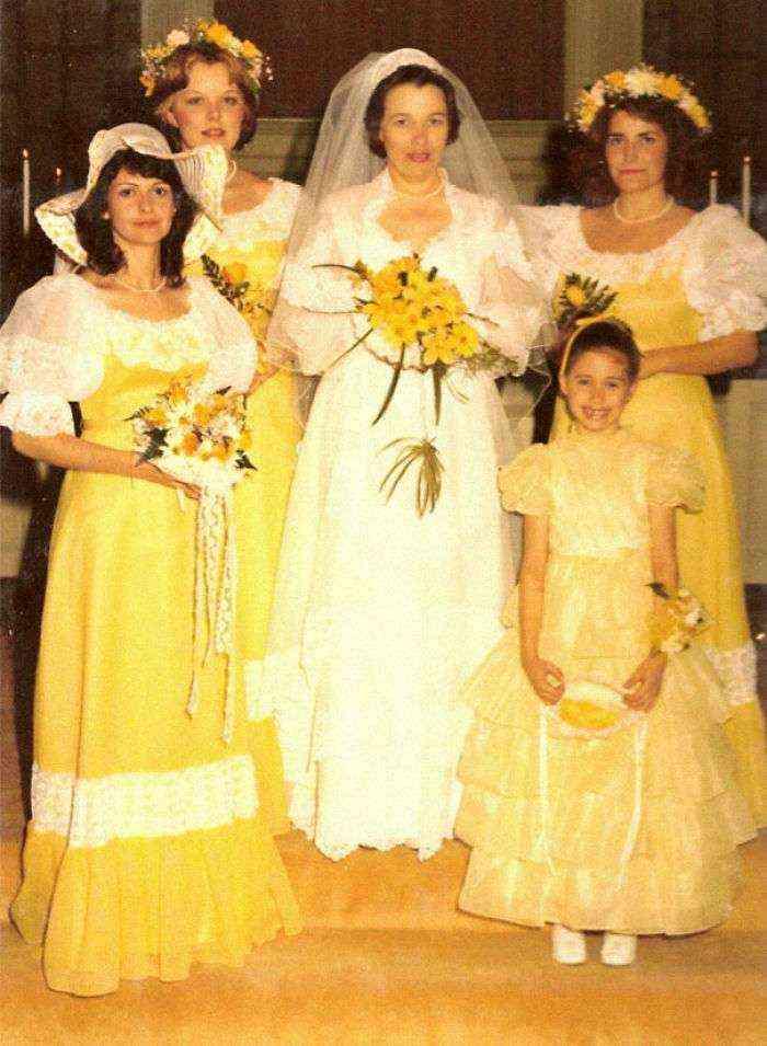 1533547631 23 15 vestidos ridiculos de antiguas damas de honor que muestran lo mucho que cambian los tiempos - 15+ Vestidos ridículos de antiguas damas de honor que muestran lo mucho que cambian los tiempos
