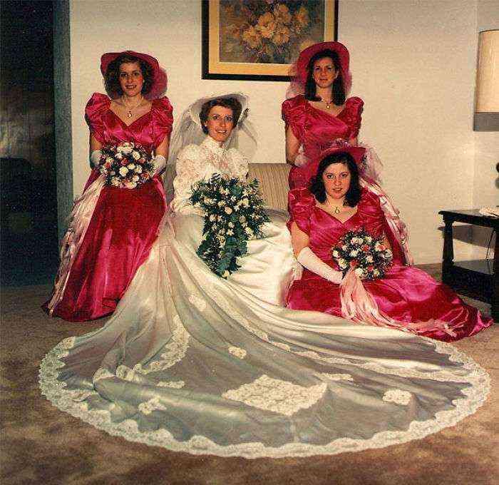 1533547631 378 15 vestidos ridiculos de antiguas damas de honor que muestran lo mucho que cambian los tiempos - 15+ Vestidos ridículos de antiguas damas de honor que muestran lo mucho que cambian los tiempos