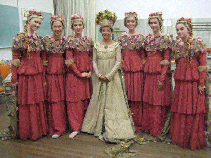 1533547631 583 15 vestidos ridiculos de antiguas damas de honor que muestran lo mucho que cambian los tiempos - 15+ Vestidos ridículos de antiguas damas de honor que muestran lo mucho que cambian los tiempos