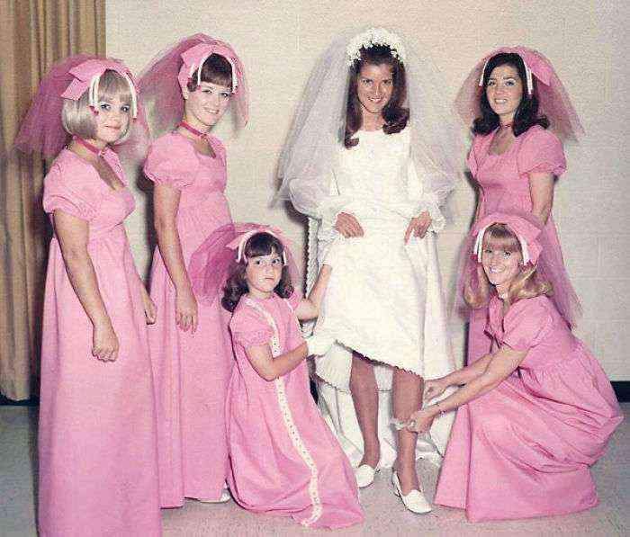 1533547631 809 15 vestidos ridiculos de antiguas damas de honor que muestran lo mucho que cambian los tiempos - 15+ Vestidos ridículos de antiguas damas de honor que muestran lo mucho que cambian los tiempos
