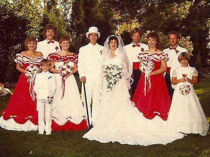 1533547631 892 15 vestidos ridiculos de antiguas damas de honor que muestran lo mucho que cambian los tiempos - 15+ Vestidos ridículos de antiguas damas de honor que muestran lo mucho que cambian los tiempos