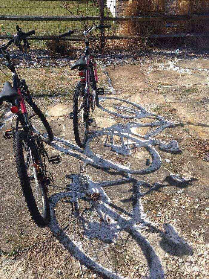 El sol ha derretido toda la nieve excepto donde da la sombra de las bicis