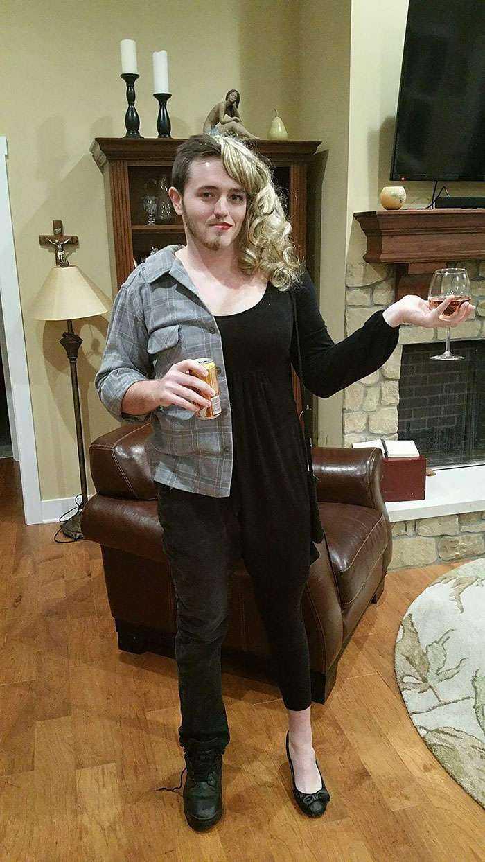 La novia de mi hermano no podía venir a la fiesta, así que él fue como ambos