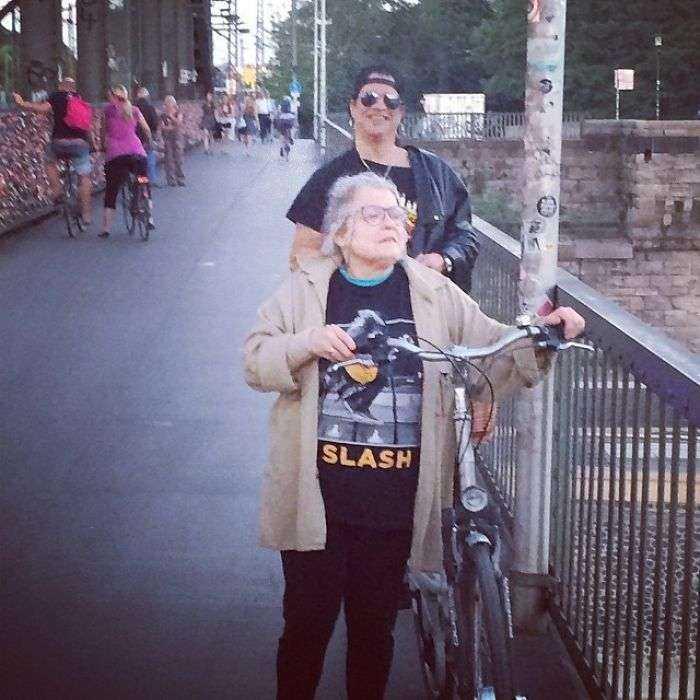 Esta señora es fan de Slash, pero no sabe que está detrás de ella