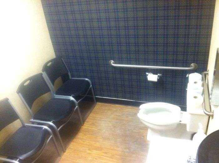 En este cuarto de baño te juzgan mientras haces tus cosas