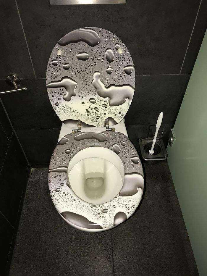Como si los baños públicos no me dieran bastante ansiedad ya